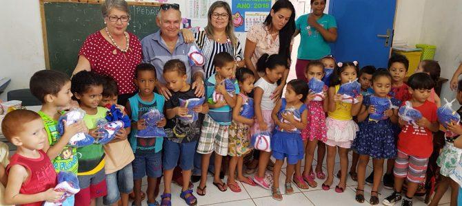 RAPOSA: Prefeitura começa a entregar fardamento escolar para toda rede municipal
